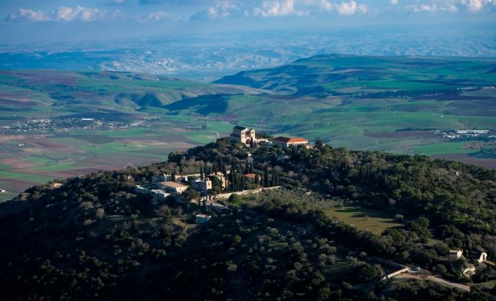 上图:从他泊山顶向东俯瞰加利利。传统认为,他泊山就是主耶稣登山变像的地方,现在山顶有纪念教堂。