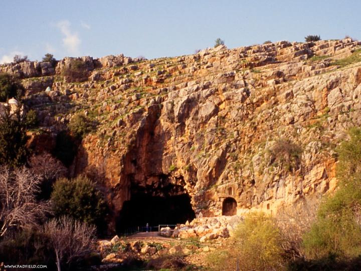 上图:主耶稣所说的「磐石」可能是从这片岩壁触景生情,而「阴间之门」则是从岩壁下的潘神洞引申而来。凯撒利亚腓立比遗址位于以色列北部黑门山麓「但」城附近,是约旦河的主要发源地。此地可能就是旧约的巴力迦得(书十一17),迦南人在此膜拜巴力,后来希腊人以他们的潘神Pan取代,改名Paneas。大希律之子分封王腓力装饰此城,称它「凯撒利亚腓立比」,既讨好罗马凯撒皇帝,也抬高自己,「腓立比」意即「腓力的」。今日此地称为Banias。此地原来偶像庙宇林立,现在只剩一片废墟。
