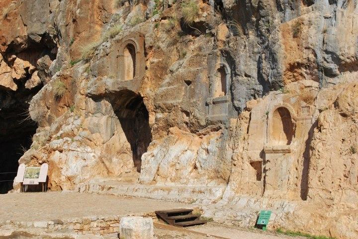 上图:该撒利亚腓立比遗迹,至今可见岩壁上刻着大大小小的偶像神龛。使徒彼得就在这偶像林立的地方认信基督(太十六13-16;可8:27-30;路9:18-21),在外邦假神中间承认主耶稣是「永生神的儿子」。