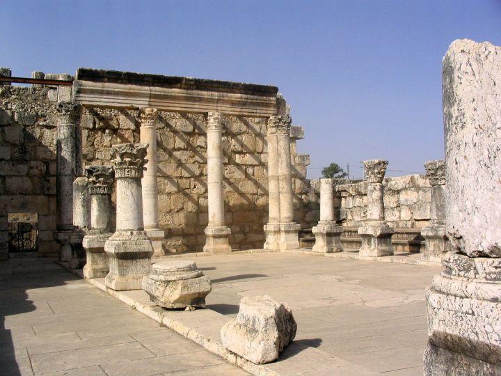 上图:迦百农的会堂遗址。