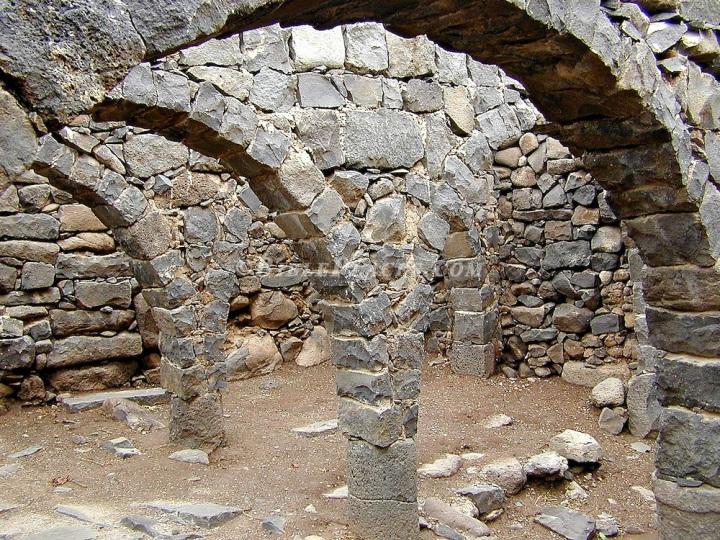 上图:主后3世纪哥拉汛带石拱的房子遗址。石拱墙上再架石梁,然后用木头铺成屋顶。