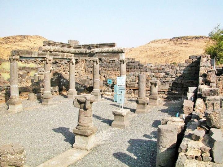 上图:哥拉汛会堂主后3世纪的遗址。主耶稣时代,加利利地区有很多这样的会堂。