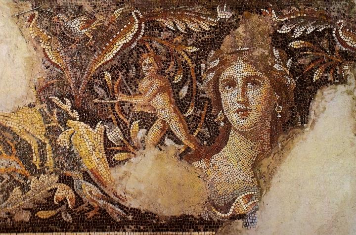 上图:著名的马赛克地板画「加利利的蒙娜丽莎」,位于拿撒勒北方6公里的Tzippori遗址。Tzippori是希律安提帕在加利利的首都,修建了罗马式剧场和许多豪宅,建筑业非常兴旺。传统认为这里是马利亚的老家,木匠约瑟和主耶稣很可能都在此打过工。