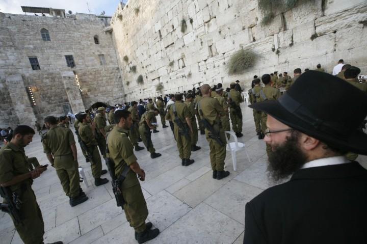 上图:一位极端正统派哈雷迪犹太人在看着一群以色列士兵在耶路撒冷哭墙祷告。在两千年多年大流散中,散居世界的犹太人与当地民族融合,外貌、语言、习俗、文化各方面都产生了很大的差异。现代犹太人中最主要的三个分支是:阿什肯纳兹犹太人(Ashkenazim,是主后800-1000年移居德国莱茵兰一带的犹太人后裔,使用意第绪语Yiddish,约占70%)、赛法迪犹太人(Sephardim,是1492年被驱逐的西班牙裔犹太人后裔,使用拉迪诺语Ladino,约占20%)、米兹拉希犹太人(Mizrahim,是中东和北非的犹太人后裔,约占10%)。现代以色列73%的犹太人已经世俗化,约27%属于正统犹太教(Orthodox Judaism),主要分为现代正统派(Modern Orthodox Judaism) 和极端正统哈雷迪派(Ultra-Orthodox或Haredi)。