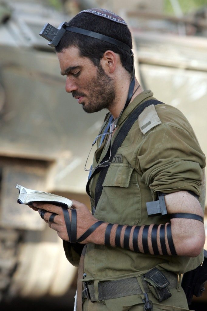 2006年7月,一位以色列士兵在从南黎巴嫩战场回来以后,在头上和手臂上佩戴Tefillin经文匣,颂读摩西五经并祷告。