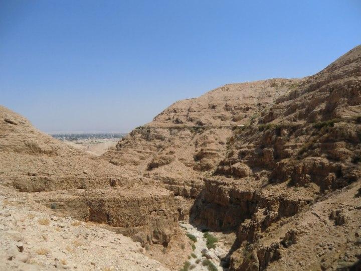 上图:从耶路撒冷下到耶利哥的路,一路上都很荒凉。