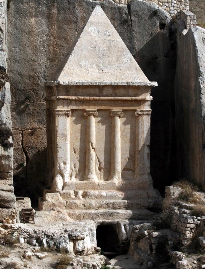上图:位于耶路撒冷城东橄榄山麓汲沦谷的撒迦利亚墓。该墓是用一整块石头雕刻而成,并没有墓室。下部有三级台阶,中间是希腊风格的爱奥尼柱,上部是埃及风格金字塔。犹太传统认为这是祭司耶何耶大的儿子撒迦利亚的坟墓,可能是主后一世纪的法利赛人为纪念他而「建造先知的坟,修饰义人的墓」(太二十三29),但并未完工。
