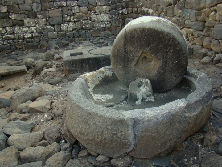 上图:哥拉汛遗址主耶稣时代的大磨石,用驴子推转,把橄榄磨成渣,然后榨出油。