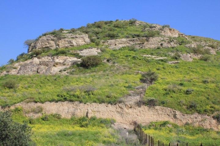 上图:格拉森(今 Kursi)的山崖,传统认为这就是二千猪闯下山崖投在海里的地方。