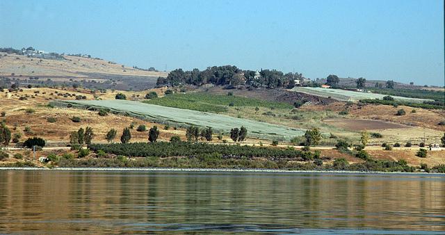 上图:从加利利海看八福山。传统认为这座迦百农附近的小山就是主耶稣登山讲论天国八福的地方。