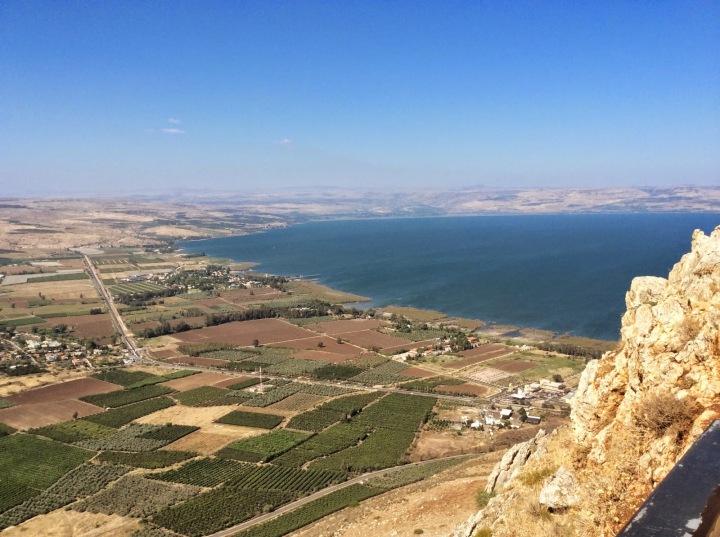 上图:从Arbel山俯瞰加利利海。