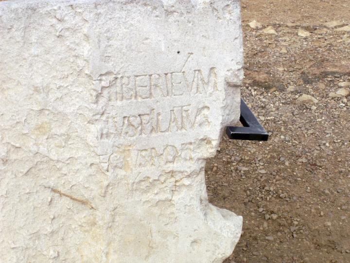 上图:1961年在该撒利亚罗马剧院遗址发掘的「彼拉多之石」, 第二行刻有彼拉多的拉丁文名字,年代为主后26-36年。原件被保存于耶路撒冷以色列博物馆。