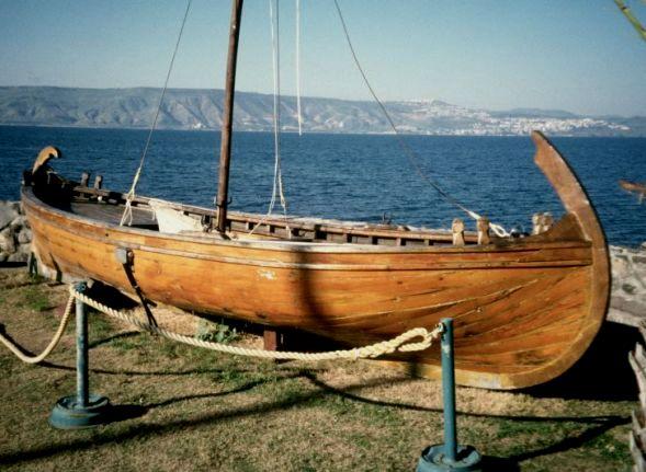 上图:根据主后一世纪渔船残骸复原的加利利海渔船。