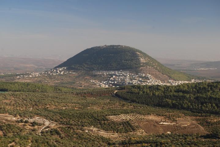 上图:从耶斯列平原远眺他泊山。有传统认为,他泊山就是主耶稣登山变像的地方,现在山顶有纪念教堂。