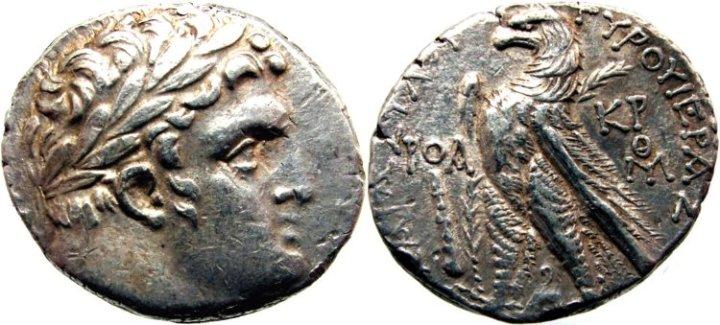 上图:主前18至主后69年在耶路撒冷铸造的推罗舍客勒。推罗舍客勒的含银量是94%,而罗马银币只有80%含银量,所以圣殿里有兑换银钱的人(太二十一12)。罗马帝国后来在推罗停止铸币,允许耶路撒冷自己铸造推罗舍客勒,图案和含银量相同,但在鹰的右边刻有「凯撒」的希腊文缩写字母KP或KAP。犹大卖主所得的价银很可能是用推罗舍客勒支付的。