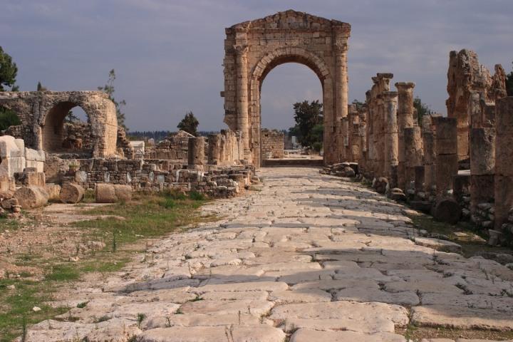 上图:罗马帝国时代的推罗城遗址。历史学家们认为紫色颜料是在腓尼基人统治下的推罗发明的。