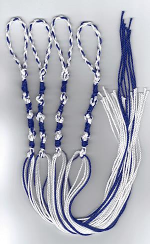 上图:犹太人根据民十五37-40和申二十二12在衣服下摆佩带的带有蓝线的衣裳繸子,提醒自己谨守遵行神的一切命令。「繸子」的希伯来文是tzitzit,希伯来文数值是600。每个繸子都是由5个双结和8根线组成,总共13个元素,加上600就是613,象征摩西律法中的613条律例和典章。