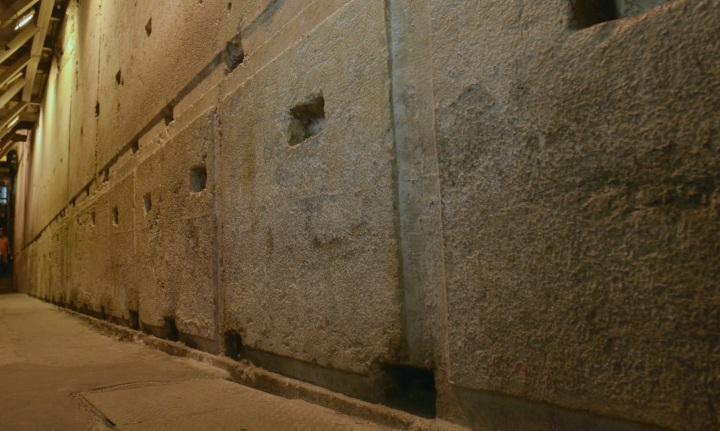 上图:西墙隧道中的第二圣殿地基的巨石。根据《犹太古史记》卷15第11章记载,圣殿以白色且坚硬的石头建造,每块石头长25肘,高8肘,宽12肘。新约时代一肘大约是55.5厘米,因此这些石头都是13.8米x4.4米x6.7米的巨石。