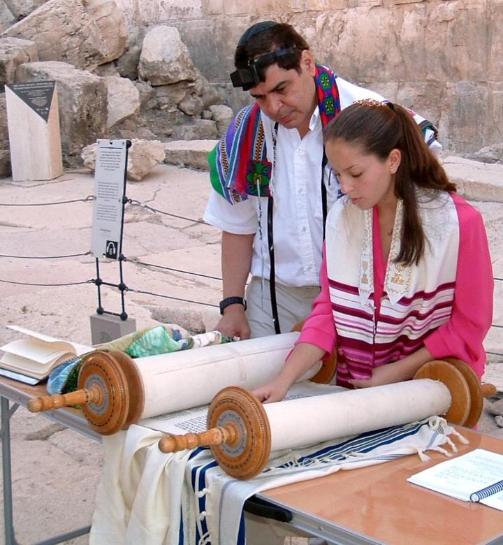 上图:一个犹太女孩在成为「诫命之女」的仪式上,她的身上披着祷告巾( Tallit)。