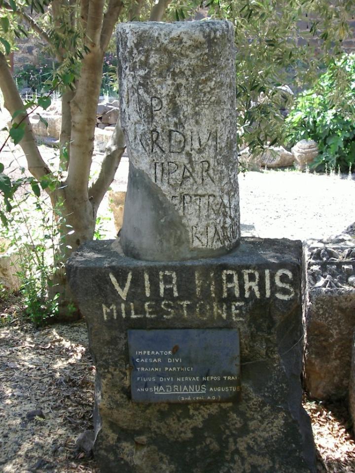 上图:在迦百农出土的沿海大道Via Maris里程碑,这里在新约时代是国际贸易大道,设有税关。