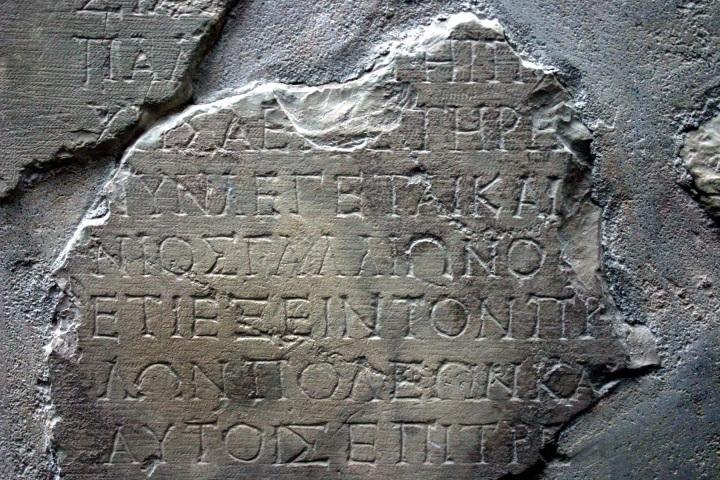 上图:在希腊德尔斐(Delphi)发现的迦流碑铭(Gallio Inscription)之第6片,从上数下第四行希腊文Gallio清晰可见。这块碑铭是罗马皇帝革老丢(Claudius)的御函,指出亚该亚方伯迦流最近报告欲复兴徳尔菲,日期是主后52年4至7月。据此可推论之前一年迦流也担任亚该亚方伯(方伯每个任期一年),因此保罗在哥林多的18个月(徒十八1-11)包括主后51年。徒十八11-16所记的方伯迦流之前没有历史资料支持,曾是圣经批判家们几个世纪来用来批判路加的热门话题,直到1905年发现了迦流碑铭,才证明路加福音的精确性。