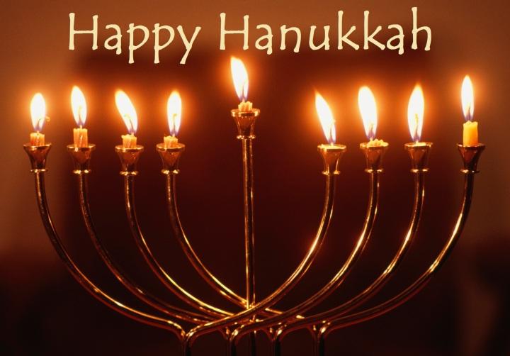 上图:光明节灯台Hanukkah menorah。主前168年,安提阿古四世强制推行希腊化,在圣殿里竖起宙斯祭坛,用猪献祭,并强迫犹太人吃猪肉,导致了马加比起义。犹大马加比收复耶路撒冷以后,下令洁净圣殿,庆祝八天「修殿节」。当时人们在圣殿里只找到一罐有大祭司封印的用于点燃金灯台的灯油,无论是制作还是去外地取来这种专门洁净过的灯油,都需要八天时间。但这罐只能燃用一天的灯油,竟然一直燃烧了八天。为纪念此事,修殿节最主要的仪式是点燃九枝灯台,中间的灯盏用来点燃其它八支灯盏,每天多点一枝,一直到第八天,所以「修殿节」也被称为「光明节」。