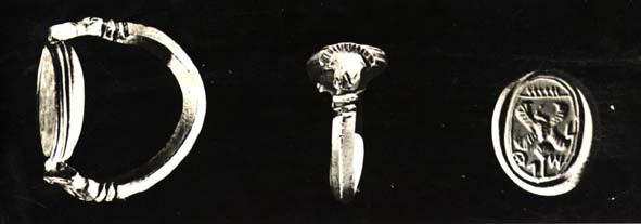 上图:主前8世纪的图章戒指,上面用古希伯来文写着主人的名字。原件藏于耶路撒冷以色列博物馆。