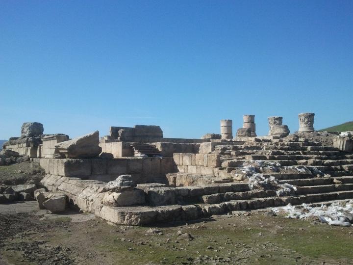 上图:位于该撒利亚腓立比Omrit的该撒亚古士都庙遗迹。大希律一面笼络犹太人,重建了第二圣殿;一面讨好罗马皇帝,在该撒利亚、撒玛利亚和该撒利亚腓立比建造了三座敬拜该撒亚古士都的庙。