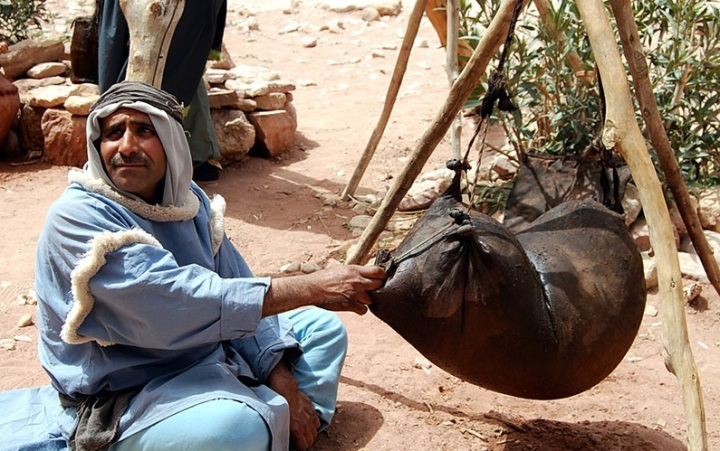 上图:一个约旦的贝都因人和他的新皮袋。