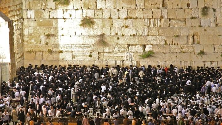 上图:耶路撒冷的犹太人在安息日的晚上在哭墙祷告。安息日从星期五晚上日落以后开始,到星期六晚上天上出现两颗星星时结束。