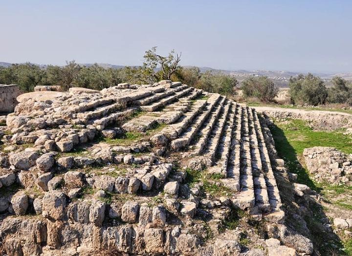 上图:撒玛利亚的该撒亚古士都庙遗迹的台阶。大希律一面笼络犹太人,重建了第二圣殿;一面讨好罗马皇帝,在该撒利亚、撒玛利亚和该撒利亚腓立比建造了三座敬拜该撒亚古士都的庙。
