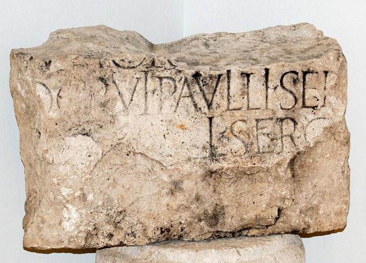 上图:1912年在彼西底的安提阿发现的石碑,上面刻有「士求保罗」,原件存于土耳其Yalvac博物馆。圣经批判家们经常批评路加在徒十三7用「方伯」来称呼居比路的执政官,因为居比路由罗马皇帝直辖,官位应当是Propractor而不是「方伯」(Proconsul)。后来考古学家发现,主前30年居比路由罗马皇帝直辖,但主前22年后改为由罗马元老院直辖,由「方伯」治理。1877年,考古学家在「帕弗」以北附近的Silo城发现一块碑文上刻有「方伯保罗」,日期是主后54年左右,证实了路加福音的精确性。