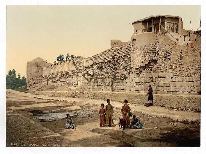 上图:1890年拍摄的大马士革城墙,保罗从这里缒下。现藏于美国国会图书馆。