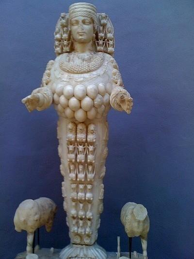 上图:流行于小亚细亚一带的亚底米女神。