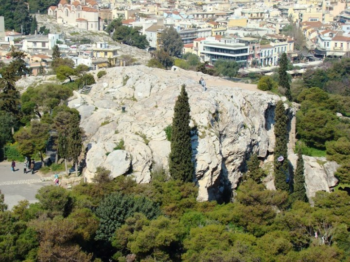 上图:从雅典卫城俯瞰亚略巴古山丘。