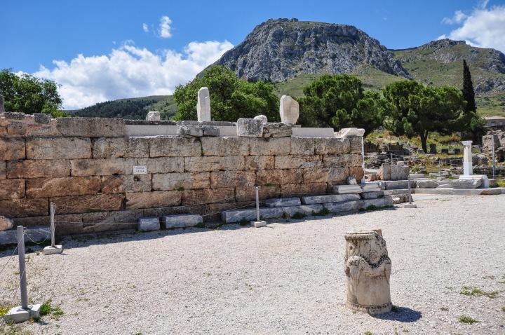 上图:古哥林多城废墟中的演讲台,于主后四十四年由蓝白大理石造成,是一又高又宽大的四方形平台,被称为Bema。一般认为这就是保罗在迦流面前受审的Bema,中文译为「公堂」(徒十八12)或「台」(罗十四10;林后五10)。保罗所说的「站在神的台前」(罗十四10)和「在基督台前显露出来」(林后五10),就是指接受神和基督的审判。