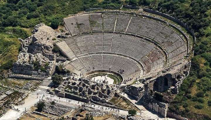 上图:罗马时代的以弗所大剧场遗址,可以容纳25,000人。至今仍可使用。