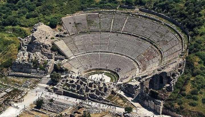 上图:罗马时代的以弗所大剧场遗址,可以容纳25,000人。至今仍可使用。这里曾发生过反对保罗的骚乱(徒十九23-41)。