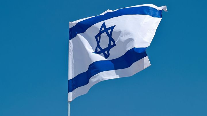 上图:以色列国旗。大卫星是犹太文化的标志,被放在以色列国旗上。