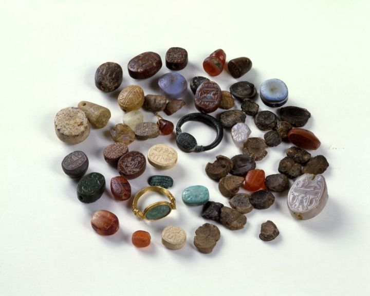 上图:以色列博物馆所收藏的各种古代希伯来印章。古代的印记是物主用印章或戒指在所有物上所做的易于辨认的记号。人身上带着神的印记,表示这人是属于神的。