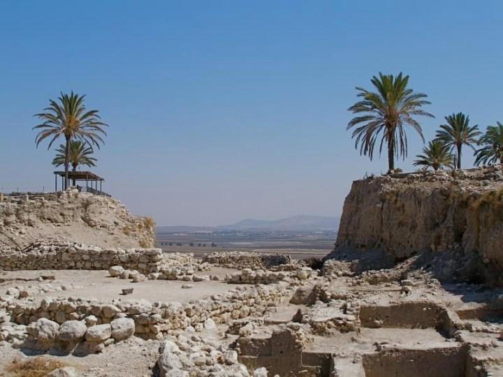 上图:从米吉多城遗址可以远眺拿撒勒山。主耶稣从小就从北面的拿撒勒山上俯瞰这一片祂将来要指挥末日决战的平原。
