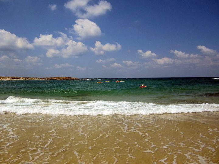 上图:以色列的地中海海滩。