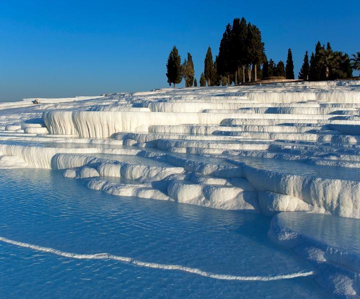 上图:老底家附近希拉波利斯温泉形成的棉花堡(Pamukkale)景观。