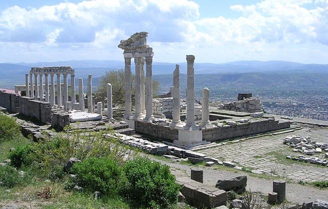 上图:别迦摩敬拜罗马皇帝图拉真(主后98-117年在位)的神庙遗址。