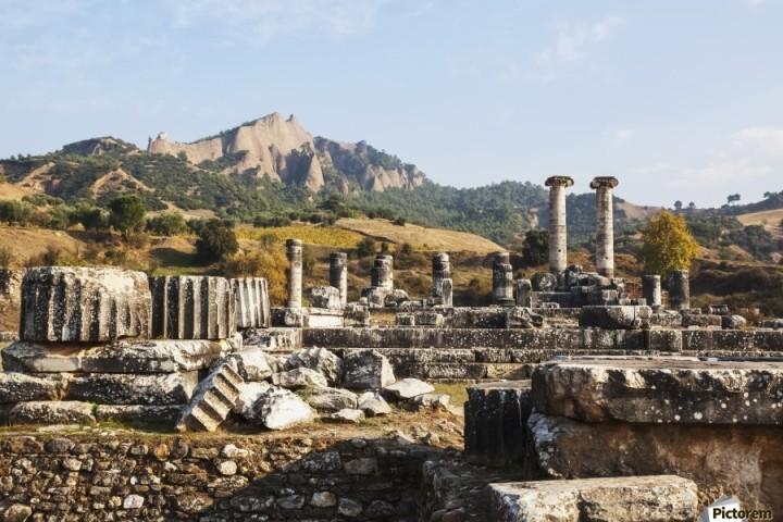 上图:撒狄阿耳忒弥斯(Artemis,即黛安娜)神庙是古希腊世界七大神庙之一,比雅典帕特农(Parthenon)神庙的两倍还要大。背景是撒狄卫城所在的陡峭的山峰。