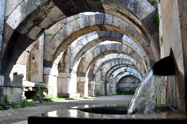 上图:第二世纪士每拿公众市场的石拱遗址,该市场有三层,市场内有泉水池。