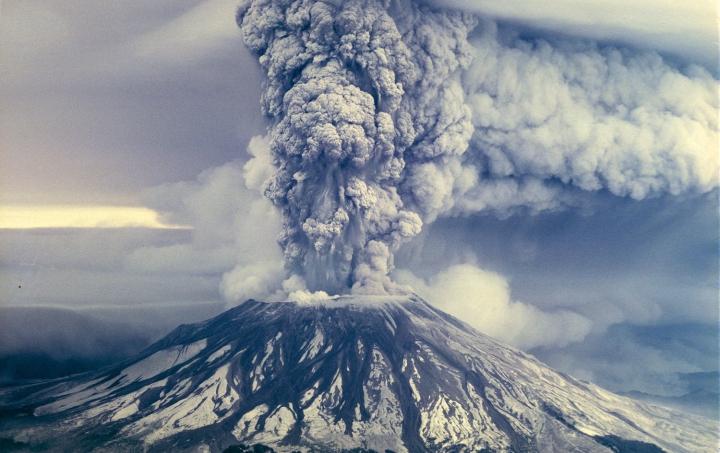 上图:1980年爆发的圣海伦火山(Mount St. Helens),位于美国西雅图附近。创造过程中的一「日」是一天还是一亿年,对于不受时间、空间限制的造物主来说,并没有两样。但许多科学证据都表明,地球、太阳系和宇宙的年龄并没有进化论者所假设的那么长,地质学家所倚赖的放射性测年法建立在许多假设的基础上,所以并不绝对可靠。1992年,有人从圣海伦火山口采集了一块英安岩(Dacite),分成5个样品送到波士顿地质年代(Geochron)实验室做钾氩分析。钾-氩测年法普遍适用于地质领域,其原理是钾-40会自发地衰变成氩-40,半衰期是13亿年。该测定法需要假设钾-40的半衰期恒定不变,起初岩石里没有任何氩-40,而且岩石形成后也没有钾-40或氩-40渗入或逸出。结果,同一块岩石的5个样品测定结果从34万到280万年不等。但实际上,这块岩石是1980-1986年火山几次爆发后形成的,年龄只有10年左右。这表明,根据放射性定年法所推测出来的地球年龄并不可靠。 目前一些科学家根据进化论的假设,计算出地球和太阳系的年龄大约是46亿年,宇宙的年龄大约是138亿年。但这些观点不断受到挑战,许多进化论者无法解释的证据表明,地球并没有人们想象的那么古老。例如: 1、星系旋转太快:银河系中的恒星以不同速度绕着银心快速旋转,靠近中心的比外围的转速更快。如果银河系已经有数十亿年之久,这样快的旋转速度会使恒星不再是现在的螺旋状分布,而是毫无规律的碟形排列。其它星系也有同样的现象。 2、彗星解体太快:根据进化理论,彗星应该与太阳系年龄一样。但每一次彗星接近太阳时,都会失去大量物质,最终完全蒸发。因此彗星存在的年限不会比10万年长多少,许多彗星的最大年龄只有1万年左右。 3、海床淤泥太少:每年陆地上约有250亿吨泥土和石块被水和风侵蚀,作为淤泥沉积在玄武岩海底,其中有10亿吨滑入大陆板块下。如果地球的年龄是46亿年、海洋年龄30亿年,按照目前的沉积速度,海底应该已经沉积了深达几十公里的淤泥,但目前海洋淤泥的平均深度不到400米。 4、海里钠元素含量太少:每年陆地上的河流将4.57亿吨钠元素带入海洋,最多有2.06亿吨会从海中流失,剩余的留在海水中。如果海水原来是淡的,按照最保守的累积速度,不到6200万年就会累积到现有的钠含量。 5、地球磁场衰减太快:从1835年至今的地球磁场测量数据显示,地球磁场强度每100年衰减5%。考古测量也发现,主后1000年地球磁场的强度比今天高40%。按此计算,地球磁场存在的时间只有1万年左右。 6、大气层中的氦气太少:地壳中的放射性元素在衰变时产生氦气,进入大气中,很少能逃出大气层。但是,今天大气层中只有46亿年里应该积累的氦气的0.05%。 7、银河系缺少古老的超新星:超新星就是激烈爆炸的巨大恒星,是宇宙中最明亮、巨大的天体之一,超新星爆炸后的遗迹(SNRs)能持续膨胀几百万年。科学家认为,银河系每25年就应该产生一颗超新星,因此,银河系目前应该存在大约12颗第一期的SNRs(年龄小于300年,约19%可以被观测到,即2颗),4800颗第二期的SNRs(年龄300-12万年,约47%可以被观测到,即2260颗),3万5千颗第三期的SNRs(年龄12万-600万年,约14%可以被观测到,即5000颗)。但天文学家并没有在银河系里观测到第三期的SNRs,只观测到5颗第一期的SNRs、200颗第二期的SNRs,如此计算出来的银河系年龄只有200/47%*25+300=1万1千年。