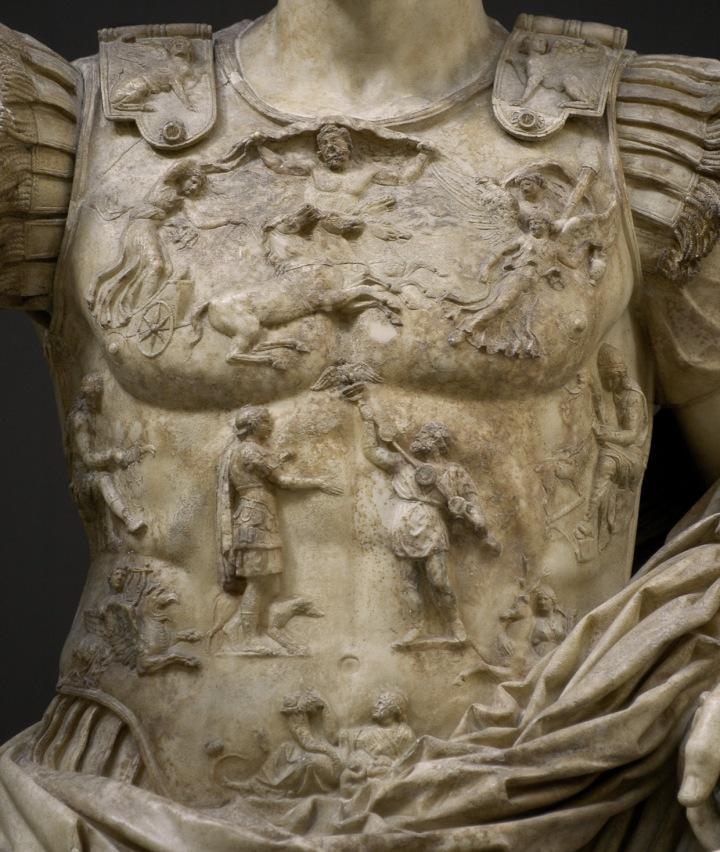 上图:罗马奥古斯都像护胸甲的近照,上面刻有一名帕提亚人将克拉苏在卡莱战役遗失的鹰标归还给奥古斯都。安息帝国在卡莱战役夺得了克拉苏军团的鹰标,30多年后才以交换战俘的方式还给罗马。罗马帝国特地铸造硬币纪念鹰标的归来,并兴建广场摆放鹰标,甚至在奥古斯都像的护胸甲上刻了鹰标回归的情景。由此可见帕提亚之「弓」对罗马帝国创伤之深。