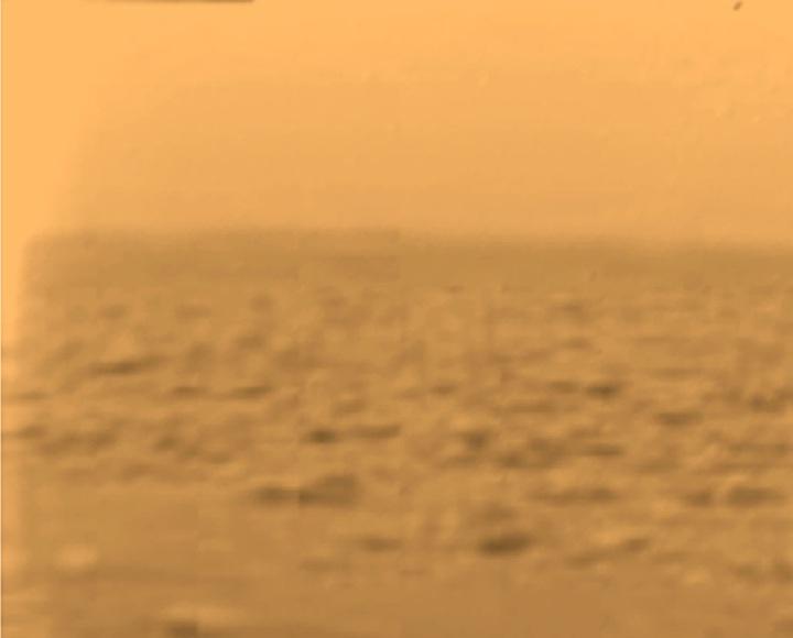 上图:2005年,欧洲空间局惠更斯号(Huygens)探测器登陆泰坦星(Titan,土卫六)后拍摄的第一张照片。科学家们认为,原始地球的天空可能和泰坦星一样是不透明的。