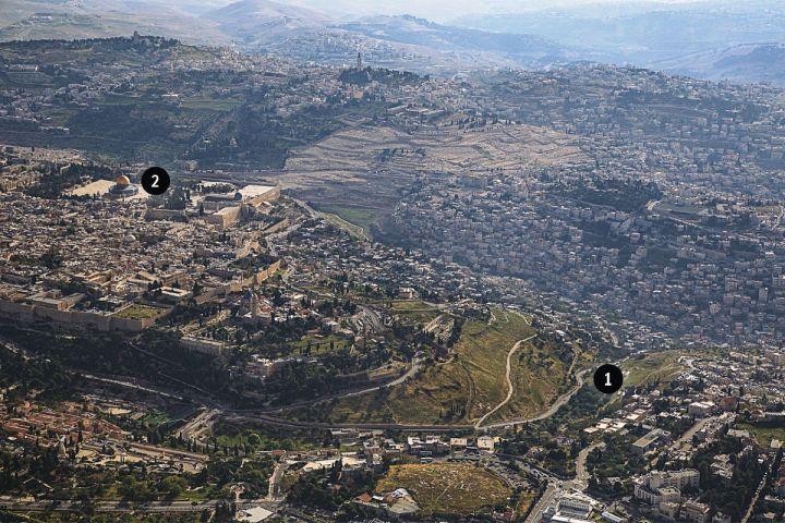上图:欣嫩子谷的位置。(1)是欣嫩子谷,(2)是圣殿山,即原来圣殿的位置。